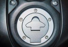 关闭汽油箱盖子,摩托车的燃料盖帽 库存图片