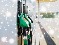 关闭汽油水管在加油站 免版税库存图片
