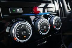 关闭汽车与空气情况控制的控制台细节 免版税库存图片