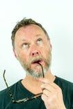 关闭沉思和体贴的人画象胡子和玻璃的 免版税库存图片