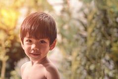 关闭沐浴逗人喜爱的矮小的亚裔泰国的男孩 库存照片