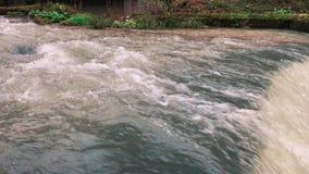 关闭河的射击,进入瀑布,在大别墅房子旁边 影视素材