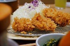 关闭油炸了面包猪肉供食用调味汁,日本食物 免版税图库摄影