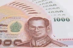 关闭泰国钞票,与泰国国王普密蓬・阿杜德的图象的泰国浴钞票 库存图片