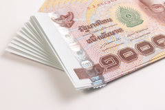 关闭泰国钞票,与泰国国王普密蓬・阿杜德的图象的泰国浴钞票 免版税库存照片