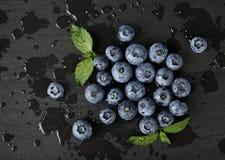 关闭洗涤了在黑人委员会的新鲜的蓝莓 库存照片