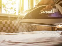 关闭洗衣服务的佣人手在避暑胜地旅馆的 库存图片