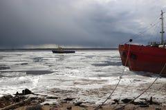关闭流冰小船在阿尔汉格尔斯克州 库存照片