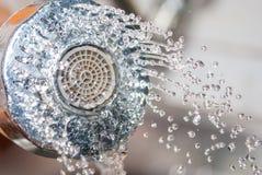 关闭流动从水槽阵雨的水在厨房 免版税库存照片