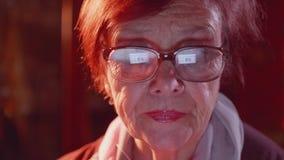 关闭浏览互联网的资深夫人 屏幕在玻璃被反射 影视素材