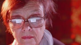 关闭浏览互联网的资深夫人 屏幕在玻璃被反射 股票视频