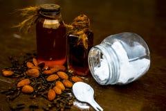 关闭海盐、扁桃仁油和丁香缓解的从头疼在木表面ayurvedic家庭补救 免版税库存图片