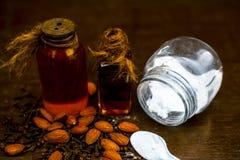 关闭海盐、扁桃仁油和丁香缓解的从头疼在木表面ayurvedic家庭补救 库存照片