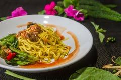 关闭混乱油煎的面条用硬花甘蓝,罐装鱼鲜美 泰国食物的样式 库存图片
