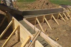 关闭混凝土的增强看法与导线连接的金属棒的 库存照片