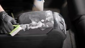 关闭清洗在汽车的扶手的一个人的商店与刷子和擦净剂 影视素材