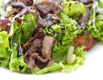 关闭温暖的沙拉用牛肉和菜 免版税库存照片