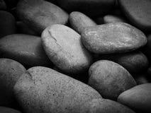 关闭温泉和自然背景的小卵石石头在黑色 免版税库存照片