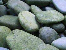 关闭温泉和自然背景的小卵石石头 免版税库存照片