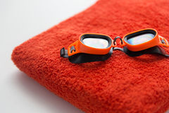 关闭游泳风镜和毛巾 免版税库存图片