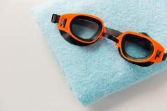 关闭游泳风镜和毛巾 图库摄影
