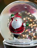 关闭滑冰的圣诞老人雪地球 免版税库存图片