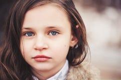 关闭漂亮的孩子女孩画象看照相机的 免版税库存照片