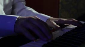 关闭演奏钢琴钥匙的男性手 影视素材