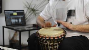 关闭演奏djembe的音乐家打鼓仪器在家庭音乐演播室 股票录像