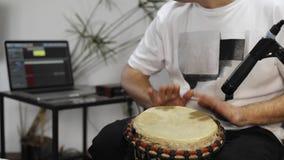 关闭演奏djembe的音乐家打鼓仪器在家庭音乐演播室 股票视频