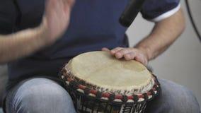 关闭演奏djembe的音乐家打鼓仪器在家庭音乐演播室 影视素材