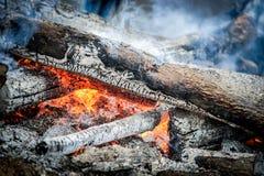 关闭火焰和烟在火地方 免版税图库摄影
