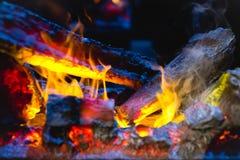 关闭灼烧的木柴射击在壁炉的 库存图片