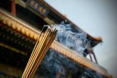 关闭灼烧的香火棍子在塔 免版税图库摄影
