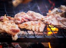 关闭烤肉在木炭格栅的猪肉烧烤与明亮的火焰 免版税库存照片