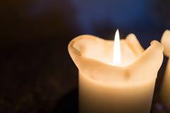 关闭照明在黑暗的backgroun弄脏的蜡烛光 免版税图库摄影