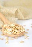 关闭燕麦在木匙子剥落 免版税库存图片