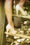 关闭爬上梯子的高跟鞋的妇女 库存照片