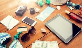 关闭片剂个人计算机和旅行材料 免版税库存图片