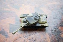 关闭玩具军事坦克 选择聚焦 争斗或战争概念 库存照片
