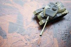 关闭玩具军事坦克 选择聚焦 争斗或战争概念 库存图片