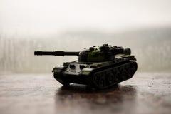 关闭玩具军事坦克 选择聚焦 争斗或战争概念 免版税库存图片