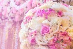 关闭玫瑰色织品人为婚礼开花背景装饰 库存图片