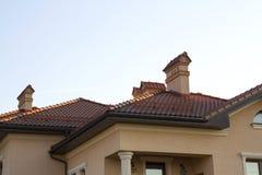 关闭现代豪华expe宽敞棕色木瓦屋顶  库存照片