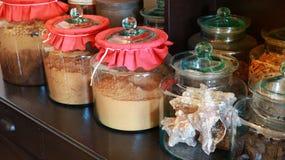 关闭瓶泰国选择在大瓶瓶子医学的干草本医学在与拷贝温泉的泰国供选择的药房 库存照片