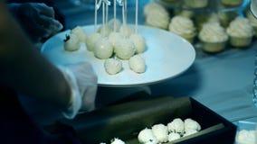 关闭甜点用从板材的糖果商被采取的白色巧克力 股票视频