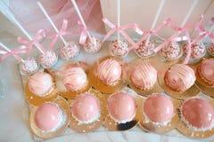 关闭甜鲜美点心许多服务在自助餐的 新鲜的桃红色甜莓果点心,美妙地装饰 承办酒席 免版税图库摄影