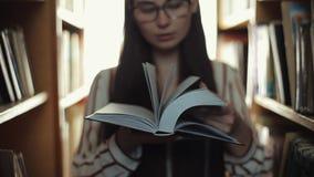 关闭生叶通过书的玻璃的美丽的少女 影视素材