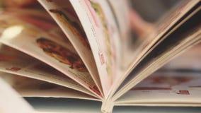 关闭生叶通过在餐馆或咖啡馆菜单的页的一个人 1920x1080 股票视频
