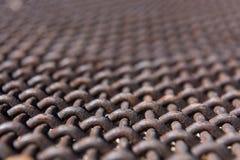 关闭生锈的金属滤网角度图  免版税库存照片